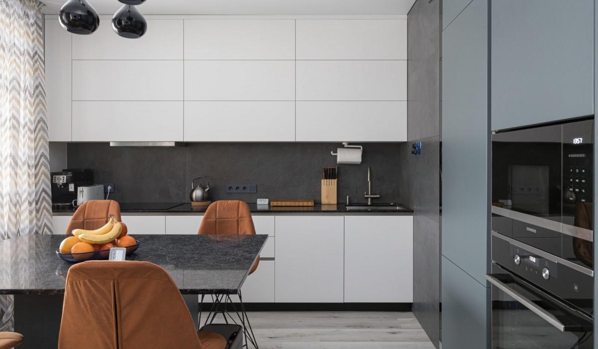 Большой проект в деревне Копищи: двухцветная кухня под потолок с островом, гостиная, две детские комнаты и прихожая от команды Grosslend