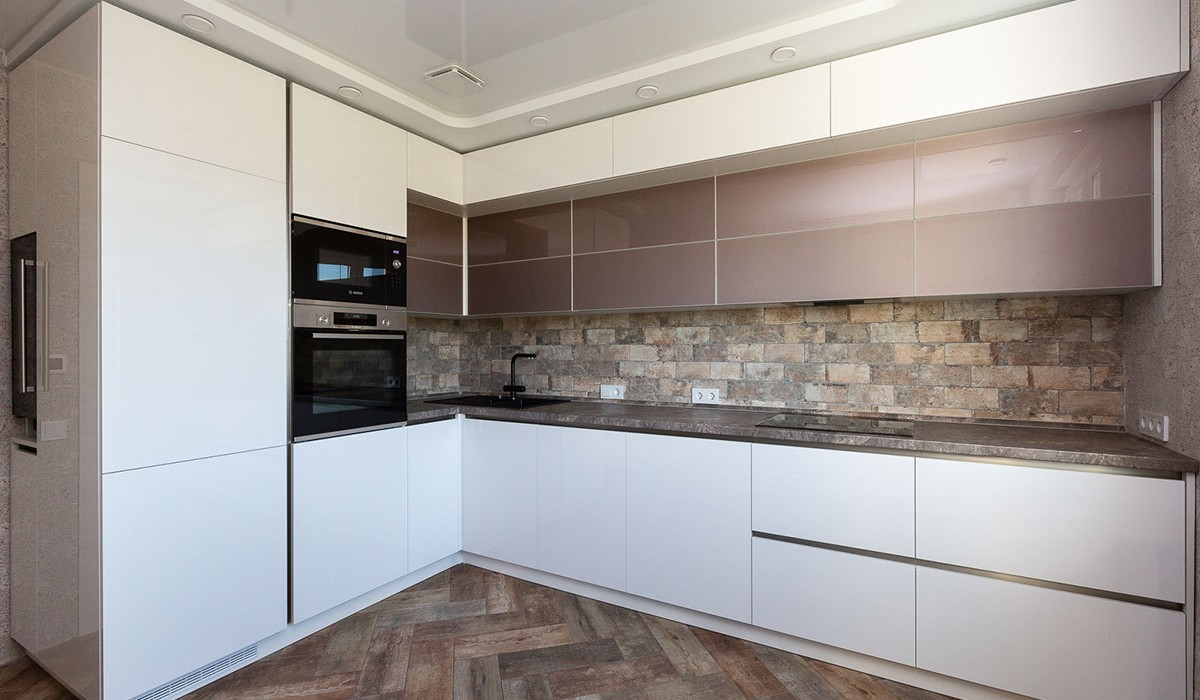 Глянцевая кухня из акрила под потолок