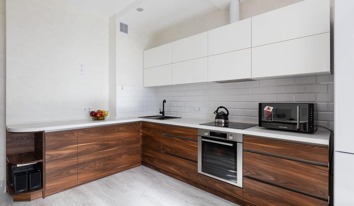 Угловая двухцветная кухня без ручек по улице Горецкого 3
